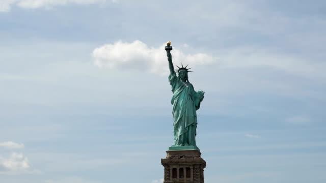 vídeos de stock, filmes e b-roll de estátua da liberdade no céu de nuvem - estátua
