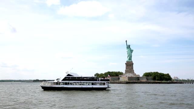 stockvideo's en b-roll-footage met vrijheidsbeeld in wolk lucht - standbeeld