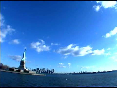 vídeos de stock e filmes b-roll de statue of liberty in new york city - figura feminina