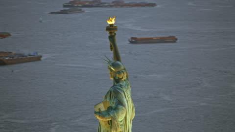 空中自由女神像在紐約海港在晚上 - statue of liberty new york city 個影片檔及 b 捲影像