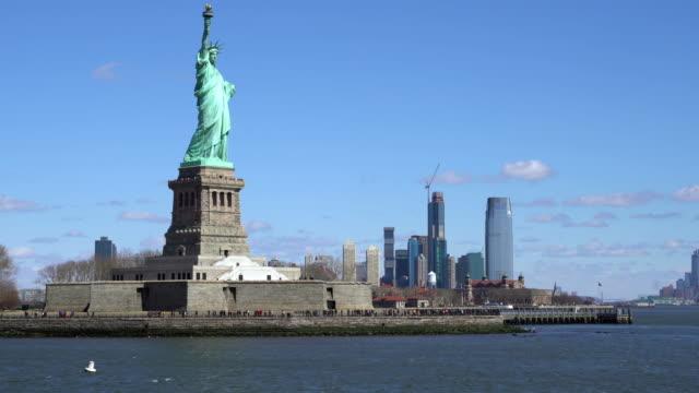 vídeos y material grabado en eventos de stock de estatua de la libertad - nueva york, nueva york, disparo desde el ferry que se acerca a liberty island. concepto de turismo emblemático de nyc. - puerto de nueva york