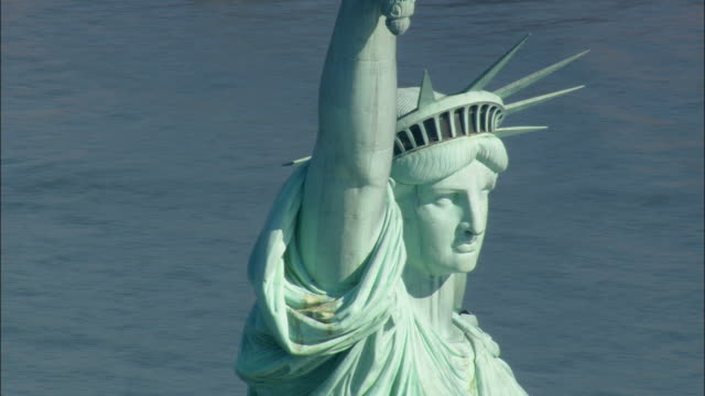 low aerial cu statue of liberty / new york city, new york, usa - kopfbedeckung stock-videos und b-roll-filmmaterial