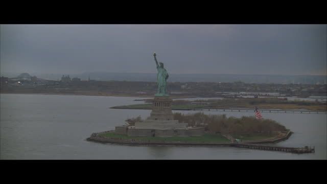 ws, pan, statue of liberty, new york city, new york, usa - レターボックス点の映像素材/bロール