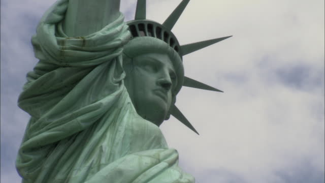 cu zo statue of liberty / new york city, new york, usa - freiheitsstatue stock-videos und b-roll-filmmaterial