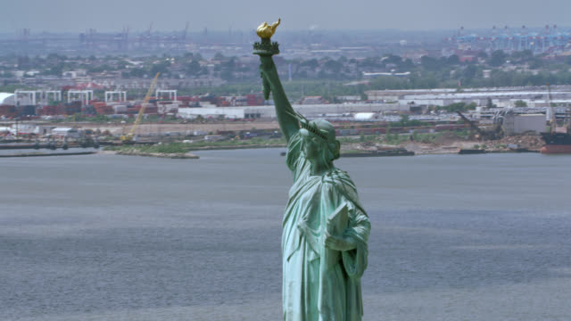 aerial statue of liberty, new york - freiheitsstatue stock-videos und b-roll-filmmaterial