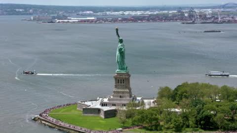 自由海島自由女神像在陽光下 - statue of liberty new york city 個影片檔及 b 捲影像