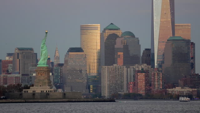 statue of liberty, one world trade center and downtown manhattan across the hudson river, new york, manhattan, united states of america - 自由の女神点の映像素材/bロール