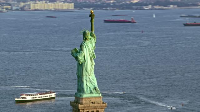 Luchtfoto Statue of Liberty, met uitzicht op de haven van New York