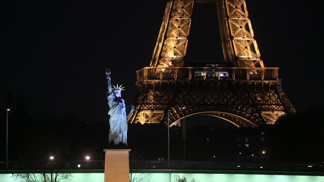 statue of liberty replica, in the background the eiffel tower sparkles on november 4, 2020 in paris, france. french government has again implemented... - replica eiffel tower stock videos & royalty-free footage