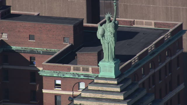 stockvideo's en b-roll-footage met aerial statue of liberty replicas, liberty building, and downtown / buffalo, new york, united states - eriemeer