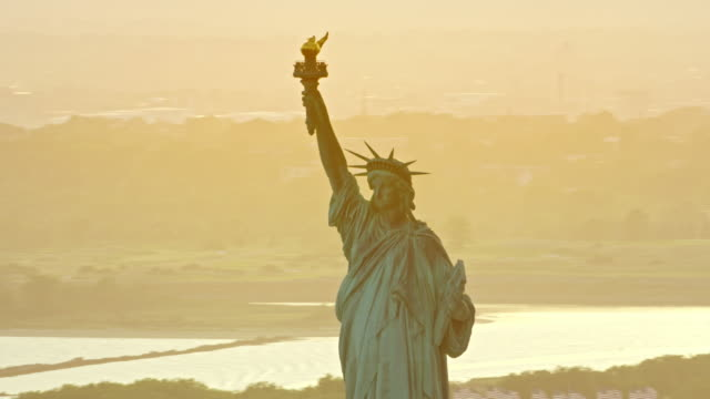 aerial statue of liberty - cultura americana video stock e b–roll