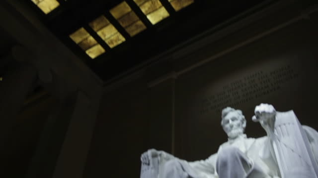 stockvideo's en b-roll-footage met ms td statue of lincoln in lincoln memorial at night / washington, district of columbia, united states - gedenkteken