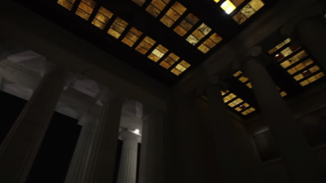 stockvideo's en b-roll-footage met ms ds td statue of lincoln in lincoln memorial at night / washington, district of columbia, united states - mannelijke gelijkenis
