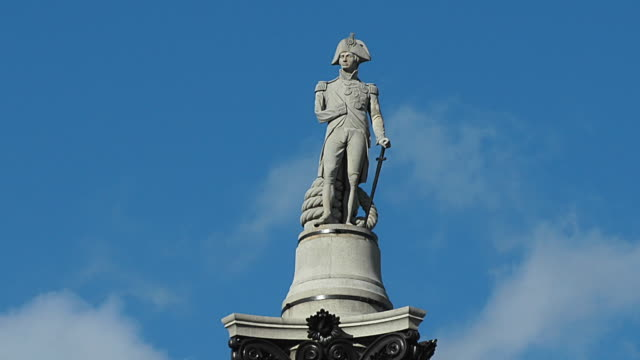vídeos de stock e filmes b-roll de t/l ws la statue of lord horatio nelson on top of column in trafalgar square, london, england - coluna arquitetónica