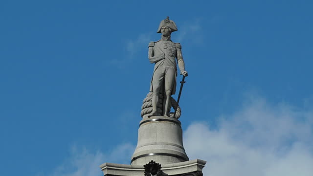 t/l ws zo la statue of lord horatio nelson on top of column in trafalgar square, london, england - statuetta video stock e b–roll