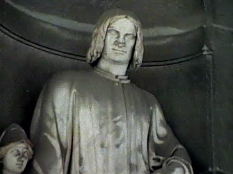 "stockvideo's en b-roll-footage met statue of lorenzo ""il magnifico"" di medici - rond de 15e eeuw"