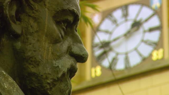 stockvideo's en b-roll-footage met cu la r/f statue of man and clock face behind / prague, czech republic - klokkentoren met wijzerplaat