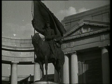 vídeos de stock, filmes e b-roll de b/w statue of man on horse at iowa monument / vicksburg mississippi / no - representação de animal