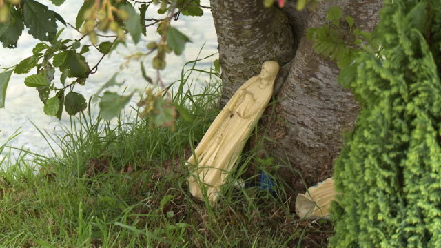 statue of mary leaning against tree - effigy stock videos & royalty-free footage