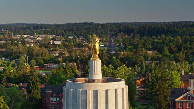 vídeos de stock e filmes b-roll de statue of oregon pioneer looking out from state capitol building - drone shot - oregon estado dos eua