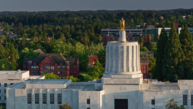 vídeos de stock e filmes b-roll de statue of oregon pioneer on state capitol building - aerial - oregon estado dos eua