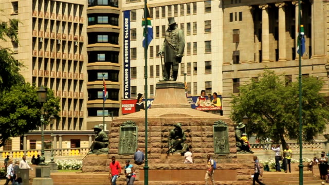 vídeos de stock e filmes b-roll de ls statue of paul kruger, church square / pretoria/ south africa - grupo pequeno de animais