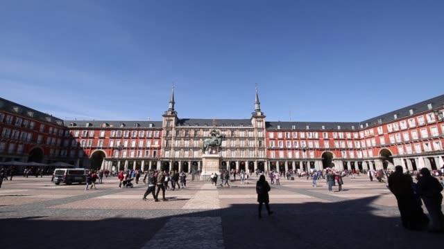 vídeos de stock e filmes b-roll de statue of philip iii in plaza mayor, madrid, spain, europe - plano charriot