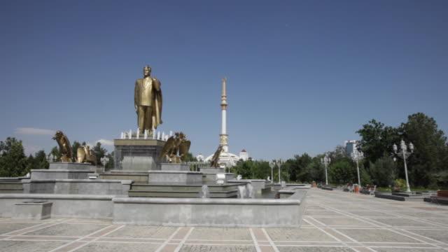vídeos de stock e filmes b-roll de statue of president niyazov at the independence monument, ashgabat, turkmenistan - figura masculina