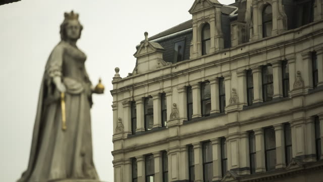 R/F Statue of Queen Anne that stands in front of St Paul's Cathedral