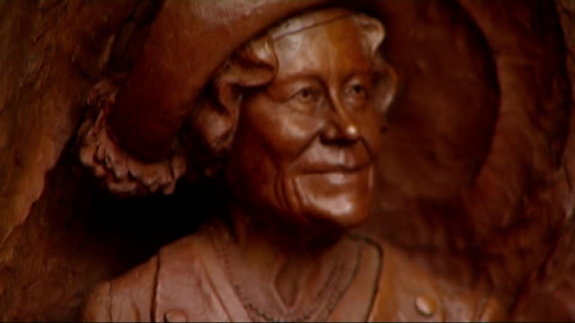 statue of queen mother unveiled on the mall bronze frieze of queen mother with some of prince charles speech overlaid sot - fries säulengebälk stock-videos und b-roll-filmmaterial