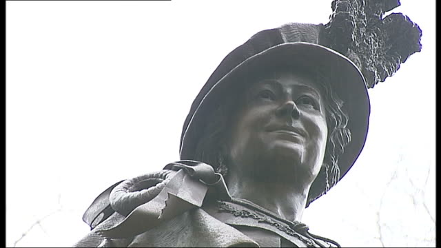 statue of queen mother unveiled on the mall; more of public taking photographs of brass relief / more of statue of queen mother / statue of queen... - 真鋳点の映像素材/bロール