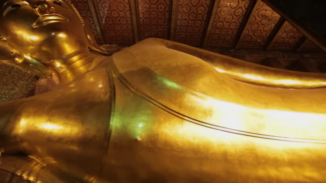ms pan statue of reclining buddha / bangkok, thailand - buddha stock-videos und b-roll-filmmaterial