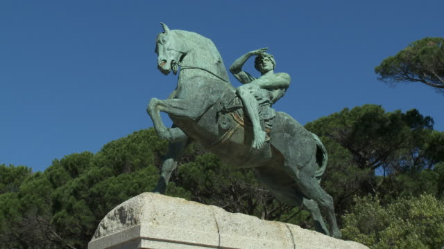 ms la statue of rider at rhodes memorial, cape town, western cape, south africa - male likeness stock videos & royalty-free footage