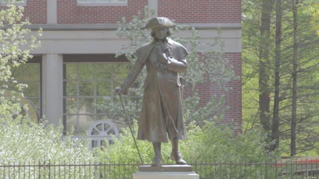 ws statue of robert morris / philadelphia, pennsylvania, united states - 独立宣言点の映像素材/bロール