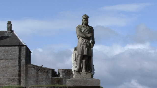 vídeos y material grabado en eventos de stock de la statue of robert the bruce at stirling castle / stirling, scotland, united kingdom - cultura británica