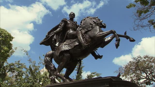 vídeos y material grabado en eventos de stock de ws zi la statue of simon bolivar on horse in plaza bolivar / metropolitan district of caracas, miranda, venezuela - venezuela