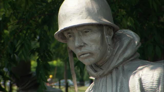 vídeos y material grabado en eventos de stock de cu statue of soldier in korean war veterans memorial, washington dc, usa - objeto masculino