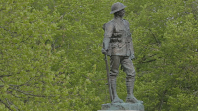 vidéos et rushes de statue of soldier outside winchester cathedral - représentation masculine