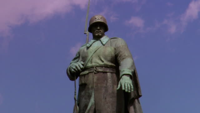 vidéos et rushes de ms la statue of soviet soldier at soviet war memorial commemorating soldiers of soviet armed forces who died during battle of berlin in april and may 1945, tiergarten park / berlin, germany - représentation masculine