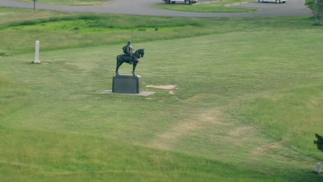 ws aerial pov statue of stonewall jackson at manassas national battlefield park / manassas, prince william county, virginia, united states - battlefield stock videos & royalty-free footage