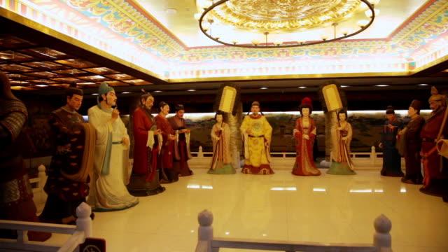 vídeos de stock, filmes e b-roll de ms pan statue of tang dynasty emperor and queen with chancellor / xi'an, shaanxi, china - figura feminina