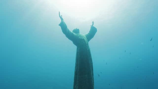 statue des unterwasser-christus (cristo degli abissi), in der nähe von portofino - männliche figur stock-videos und b-roll-filmmaterial
