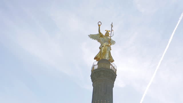 stockvideo's en b-roll-footage met statue of victoria (goldelse) on victory column / berlin, germany - nationaal monument beroemde plaats