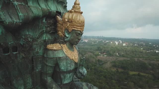 vidéos et rushes de statue of vishnu in garuda wisnu kencana cultural park / bali, indonesia - statue