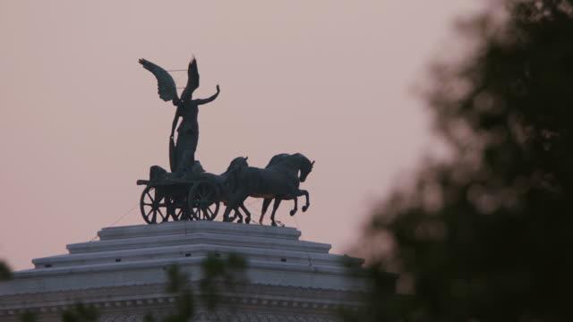 vídeos y material grabado en eventos de stock de ms statue of vittorio emanuele ii / rome, italy - figura femenina