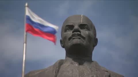 statue of vladimir lenin and flag of russia - tidigare sovjetunionen bildbanksvideor och videomaterial från bakom kulisserna