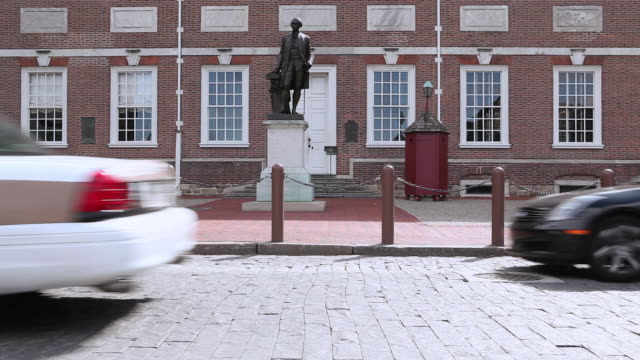 ws statue of washington at entrance of independence hall beyond passing traffic / philadelphia, pennsylvania, united states - independence hall stock videos and b-roll footage