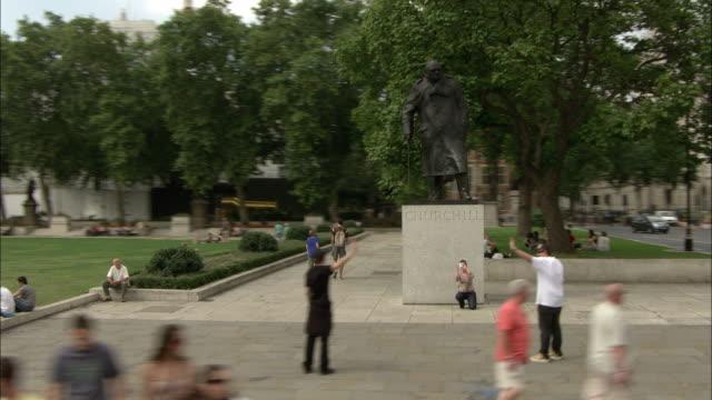 vídeos de stock, filmes e b-roll de ws pov statue of winston churchill at parliament square  / westminster, london, england - estátua