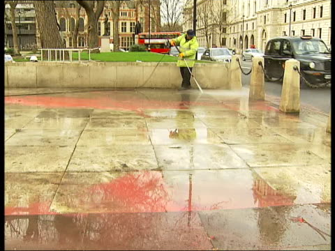 cleanup operation / general views of churchill statue england london parliament square ext various of worker hosing red paint from pavement around... - sockel stock-videos und b-roll-filmmaterial