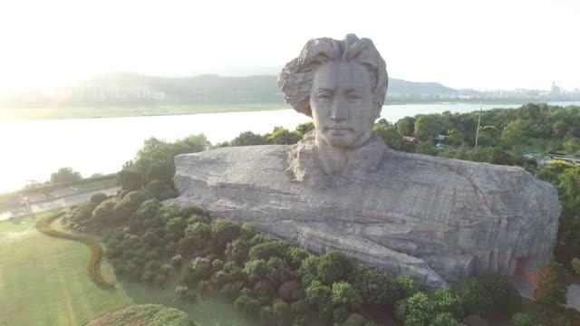 Staty av unga MaoTse-tung på ön Orange Changsha, Kina.